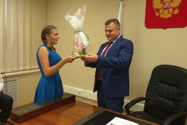 Александр Никитин во время приема граждан вручил восьмикласснице Ане подарок от президента России