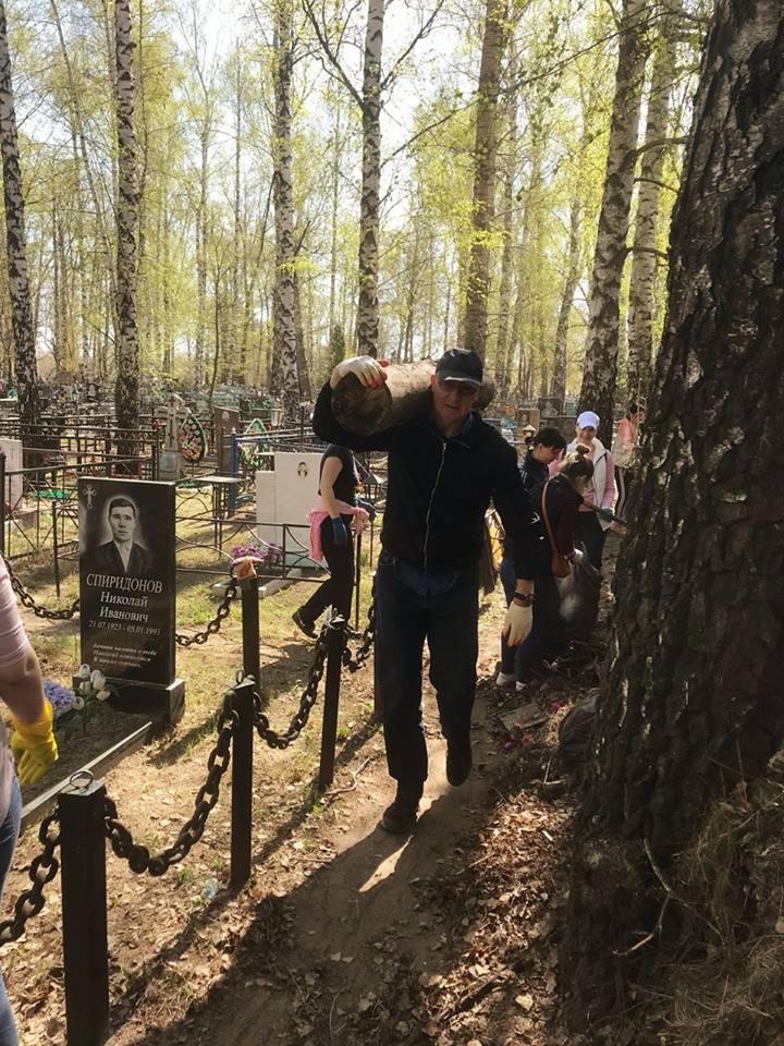 Рассказовцы вышли на уборку городских кладбищ