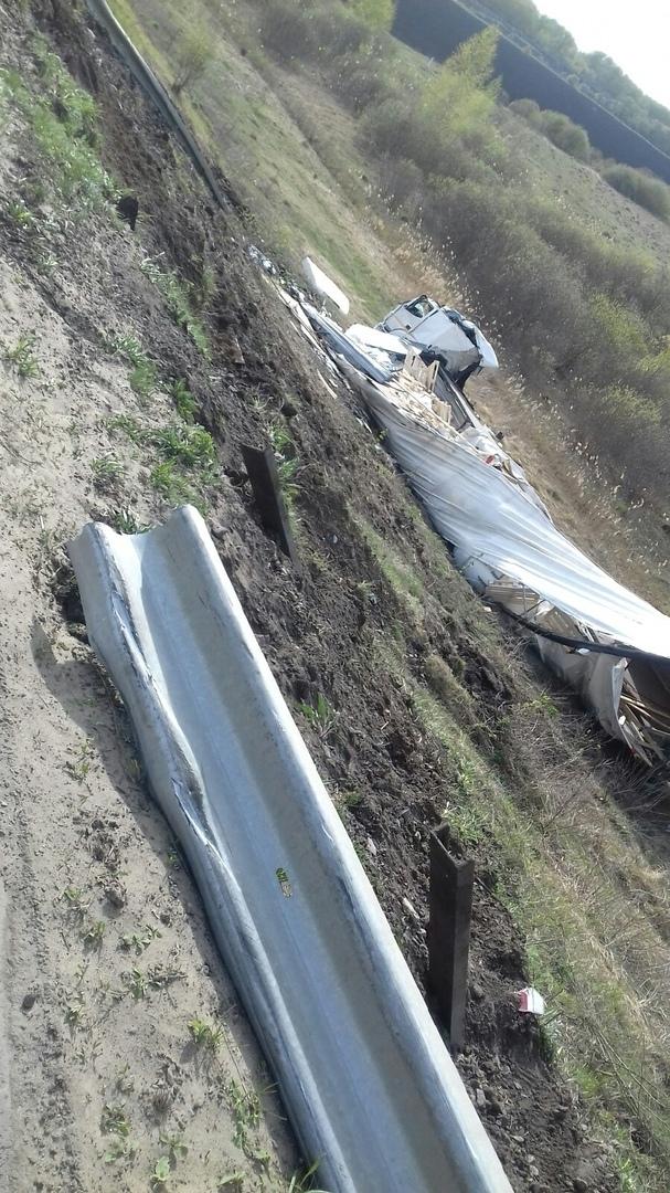 Под Тамбовом груженая фура упала с моста