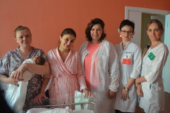 Представители Детского фонда навестили с подарками молодых мам в Перинатальном центре