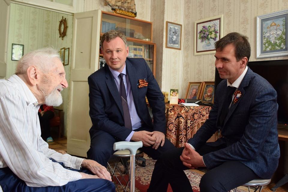 Старейшего моряка-подводника России Юлия Ксюнина поздравили с Днем Победы