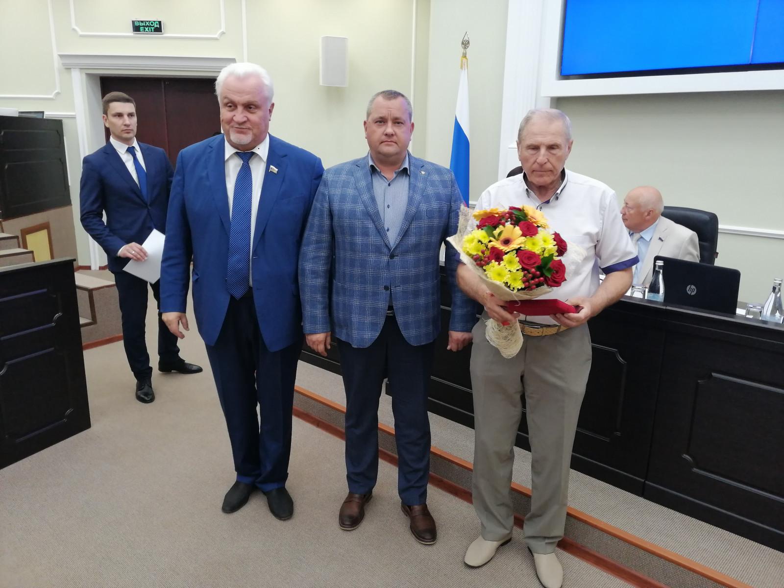 Депутаты облдумы получили нагрудные знаки за содействие развитию региона
