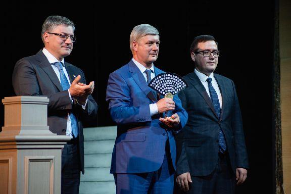 Эстафета передана: в Воронеже состоялось торжественное вручение символа Года театра
