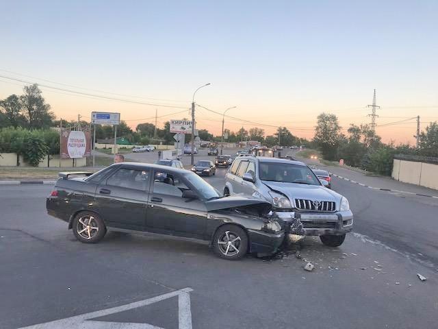 """В Тамбове столкнулись """"Тойота"""" и """"десятка"""": есть пострадавший"""