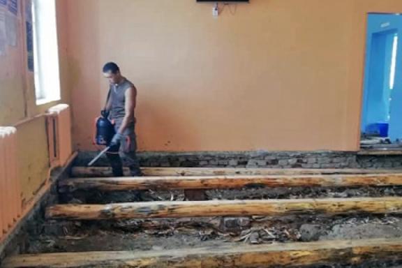 Два тренера в Рассказовском районе своими силами ремонтируют спортшколу