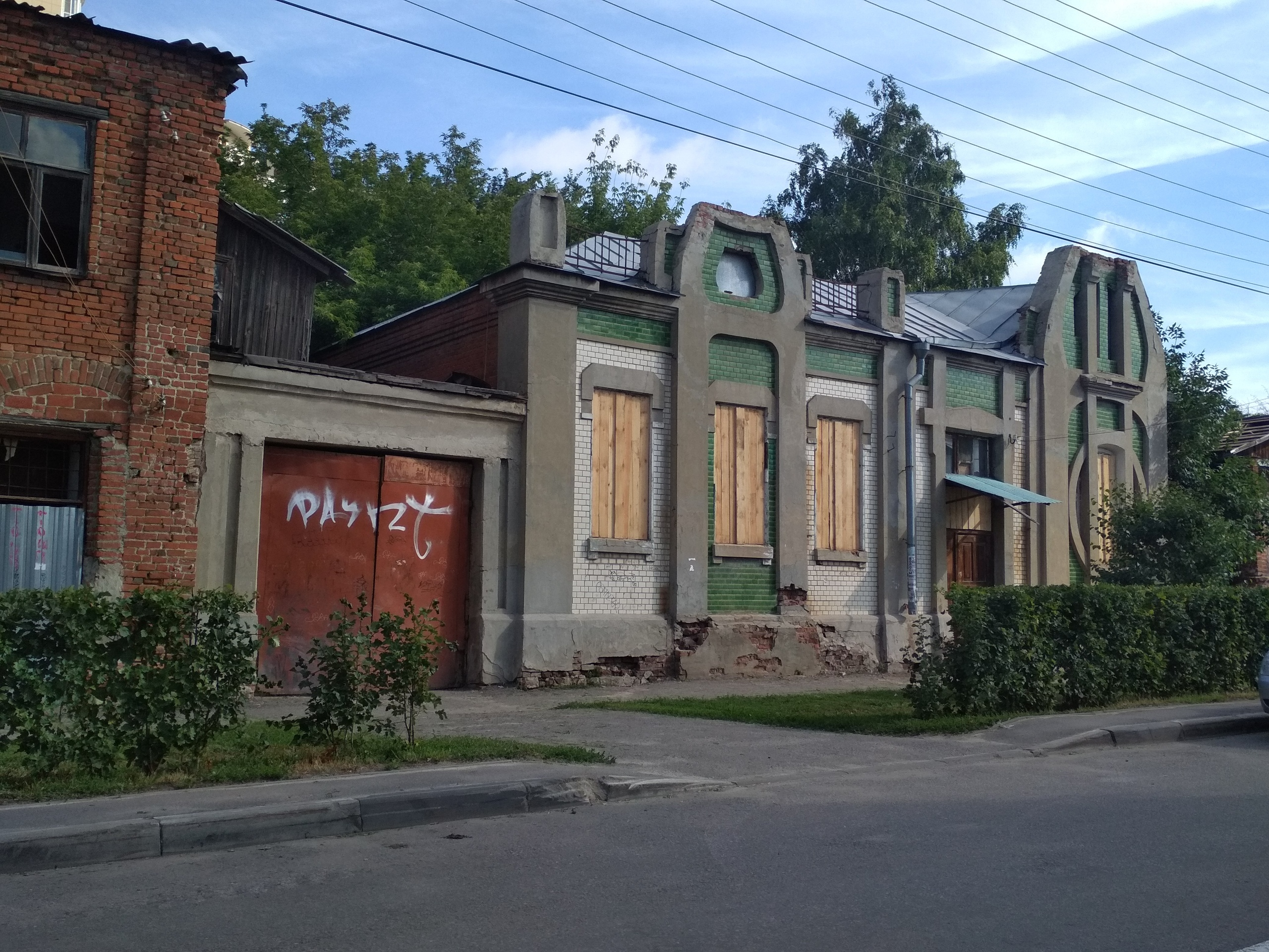Собственника особняка на Комсомольской оштрафовали за незаколоченные двери и окна
