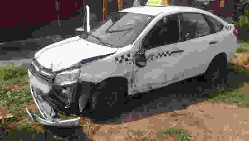 В Мичуринске машина такси попала в аварию: водитель и пассажир в больнице