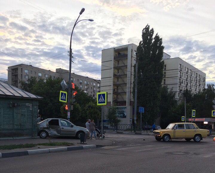 В Тамбове на злополучном перекрестке Чичканова-Карла Маркса иномарка врезалась в дом