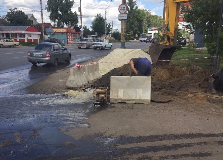В Тамбове во время поиска закатанного в асфальт колодца вода разлилась по проезжей части
