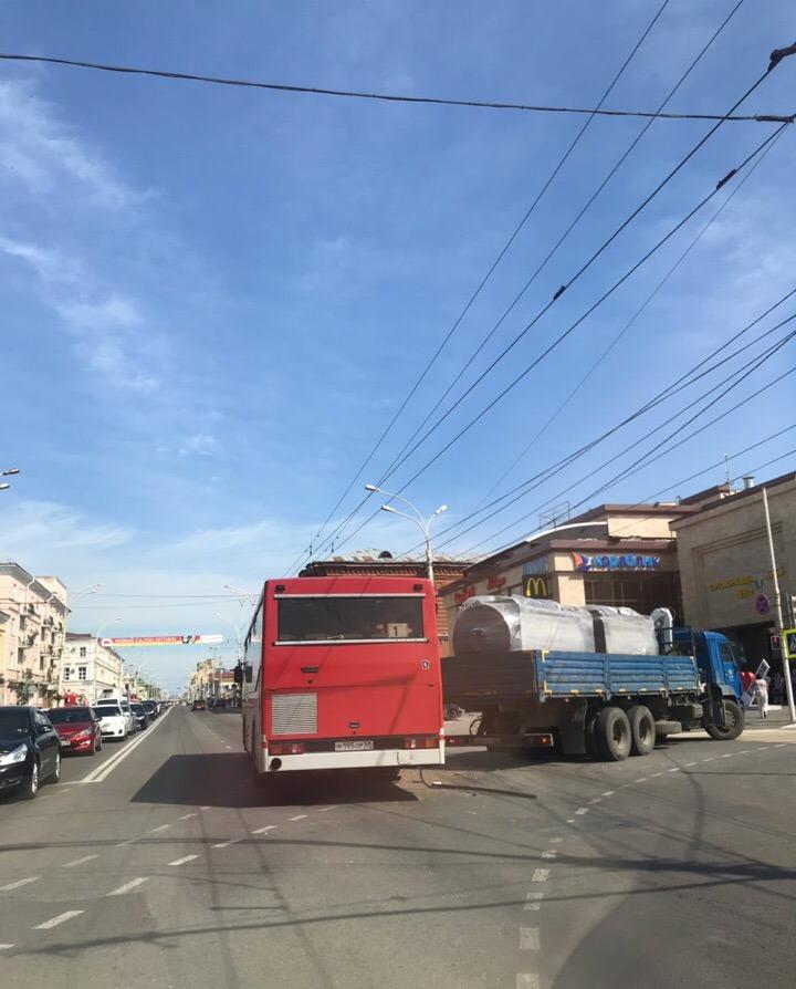"""Возле ТРЦ """"Рио"""" столкнулись пассажирский автобус и грузовик"""