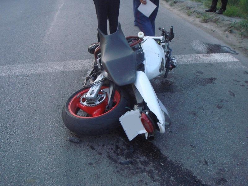 В Тамбове мотоциклист врезался в иномарку: парню оторвало ногу, его пассажир в больнице