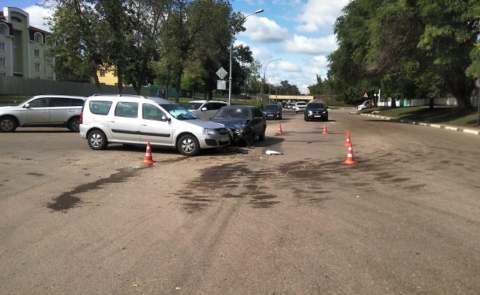 """В Тамбове водитель """"пятнашки"""" спровоцировал аварию и попал в больницу"""