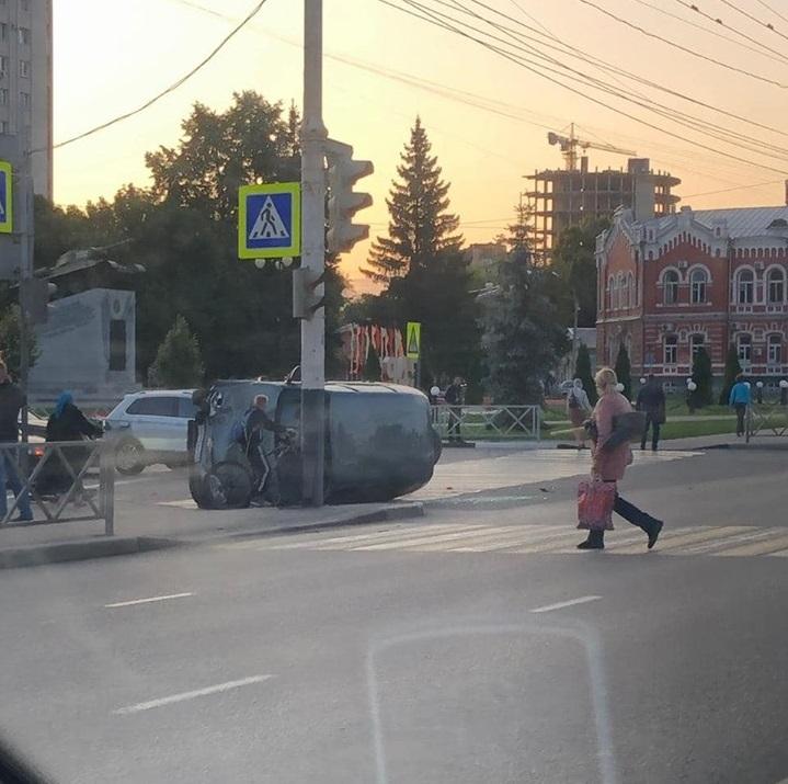 """В центре Тамбова """"Шевроле Нива"""" перевернулась на пешеходном переходе"""
