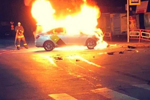 """В Мичуринске в результате ДТП сгорела машина """"Яндекс.Такси"""""""