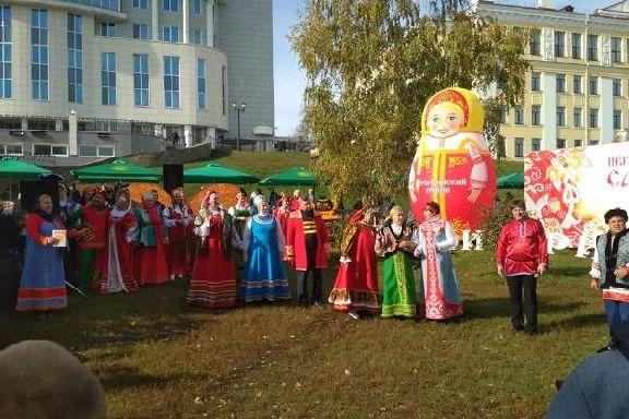 Дефиле русского сарафана устроили на Покровской ярмарке