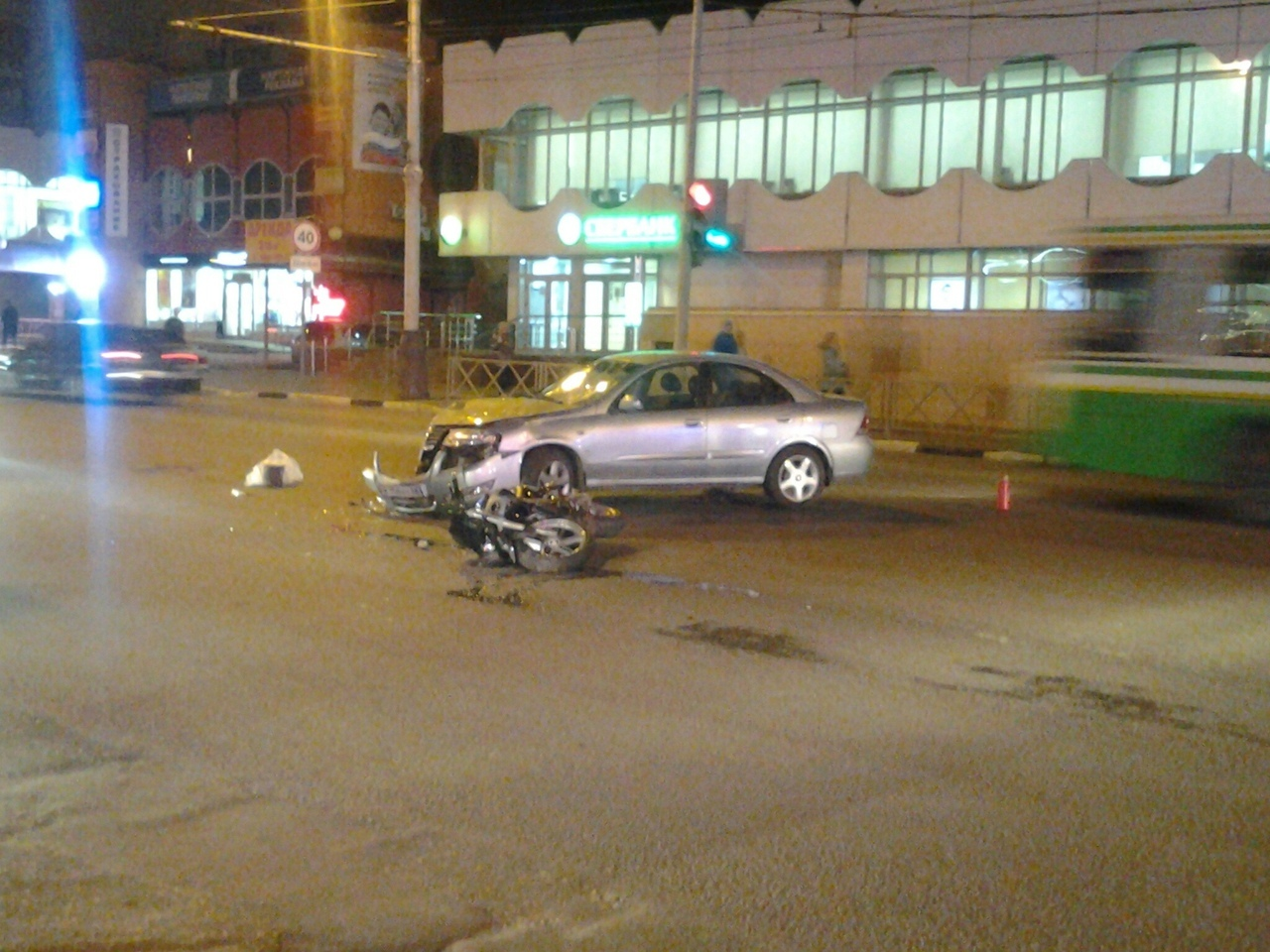 """На Советской возле """"Кристалла"""" столкнулись легковушка и мотоциклист: есть пострадавший"""