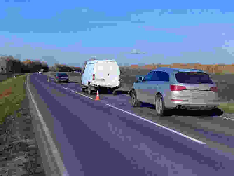 На трассе в Тамбовской области в цепном ДТП с тремя машинами пострадали двое детей