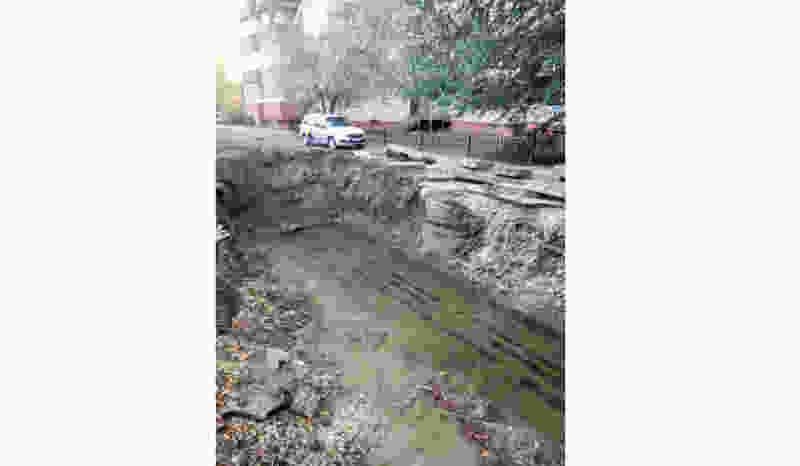 Разрытие после ремонта теплосети в самом центре Тамбова неожиданно залило водой