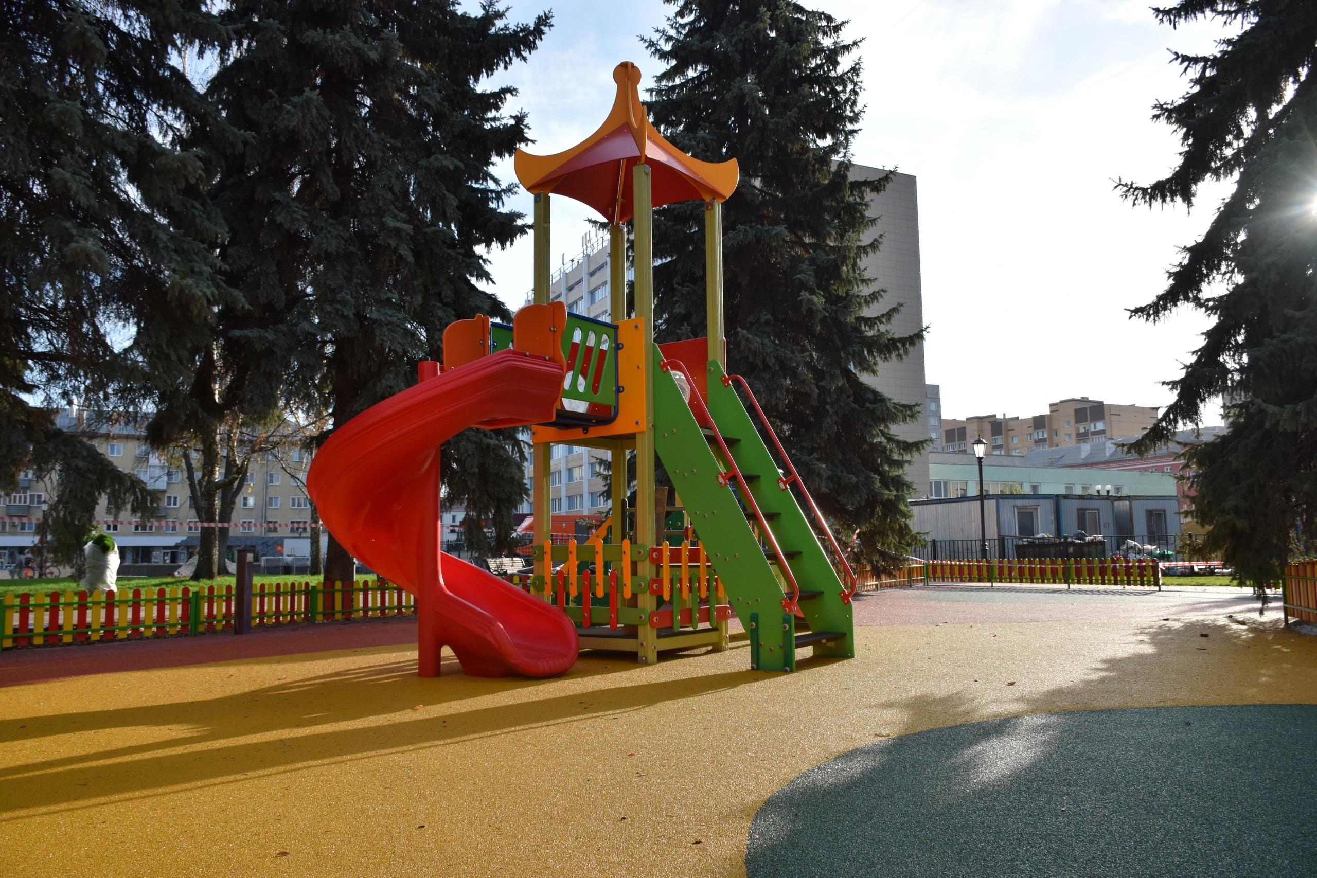 В сквере Льва Толстого установили зелёные фигуры