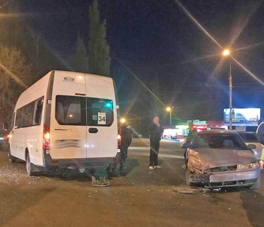 """В Тамбове пассажирский микроавтобус столкнулся с """"десяткой"""": есть пострадавший"""