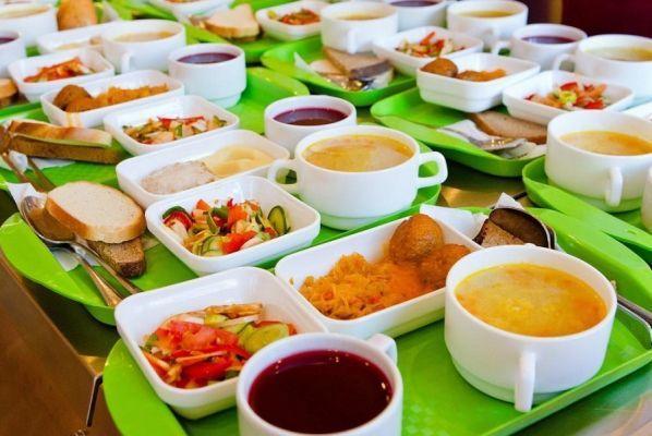 Депутаты предложили кормить школьников только отечественными продуктами