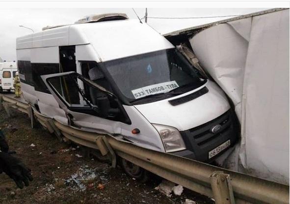 На маршрутку «Тамбов-Тула» в Ельце упала фура с поросятами: погибла женщина