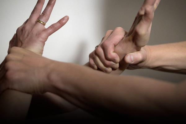 Виновным в семейном насилии запретят приближаться к пострадавшим
