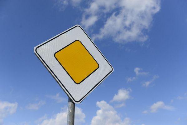 Водители сообщили о неправильной установке дорожных знаков в микрорайоне Майский