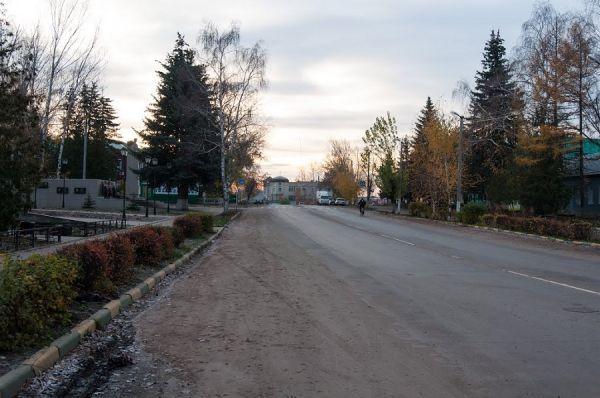 """Жители Знаменки жалуются на разрушенные дорогу и тротуары в районе завода """"Русагро"""""""