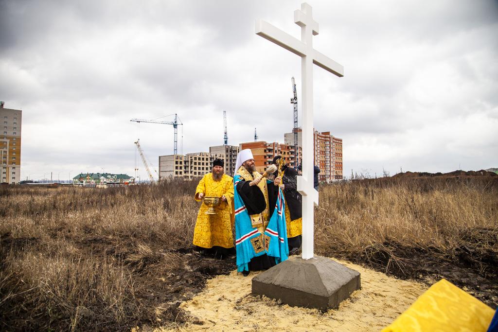 На пустыре в северной части Тамбова поставили и освятили крест в основании будущего храма