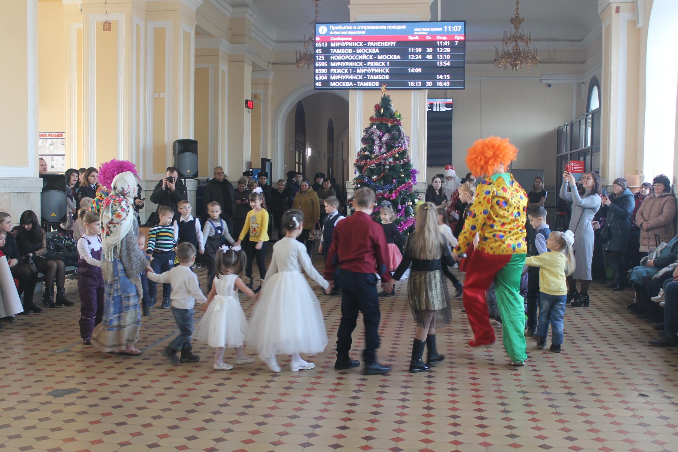 На ж/д вокзале в Мичуринске полицейские устроили новогодний флешмоб