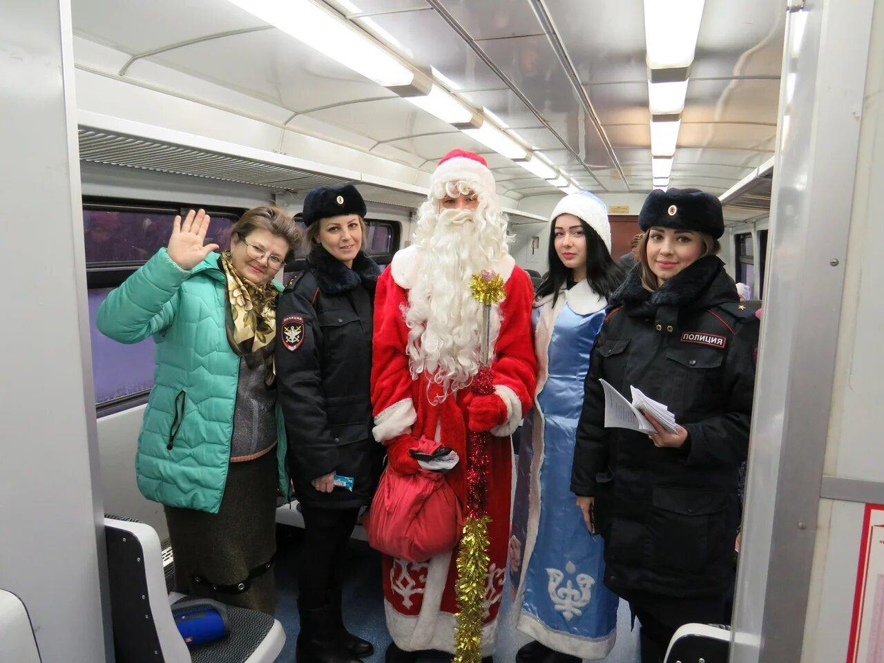 Полицейский Дед Мороз перед Новым годом пошёл в профилактический рейд