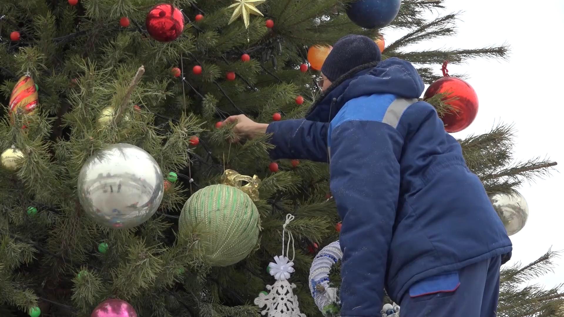 Талантливые тамбовчане создали игрушки для городской новогодней елки