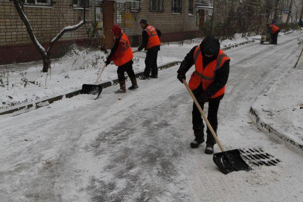 Управляющие компании призвали убрать снег во дворах многоэтажек Тамбова