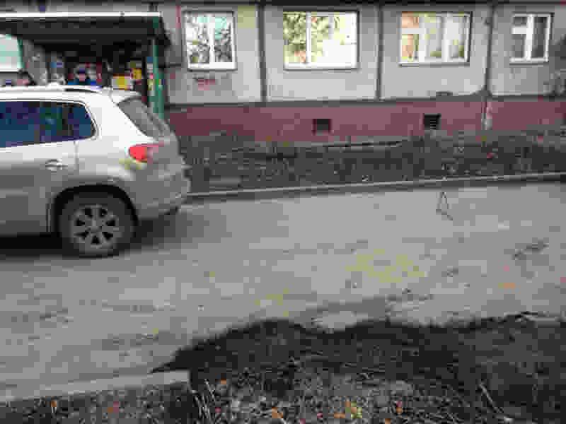 """В Тамбове кроссовер во дворе дома сбил пенсионерку: её на """"скорой"""" отвезли в больницу"""