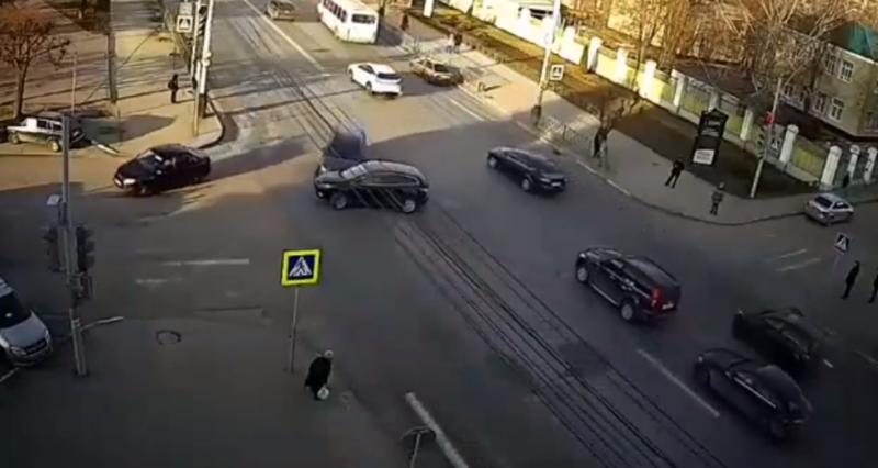 В Тамбове на перекрёстке у «Ростелекома» спустя ровно месяц после страшной аварии опять произошло ДТП