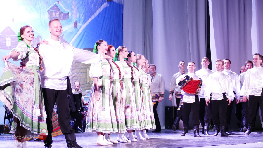 """Ансамбль песни и танца """"Ивушка"""" собрал полный зал зрителей в Котовске"""