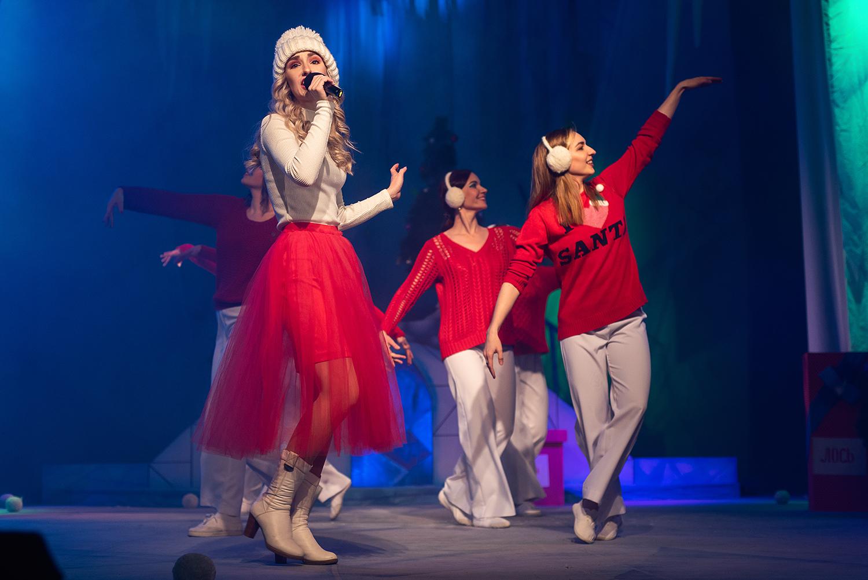 Артисты молодёжного театра в праздники исполняют лучшие песни из советских мультфильмов