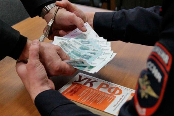 На двух мужчин, попытавшихся дать взятку, завели уголовные дела