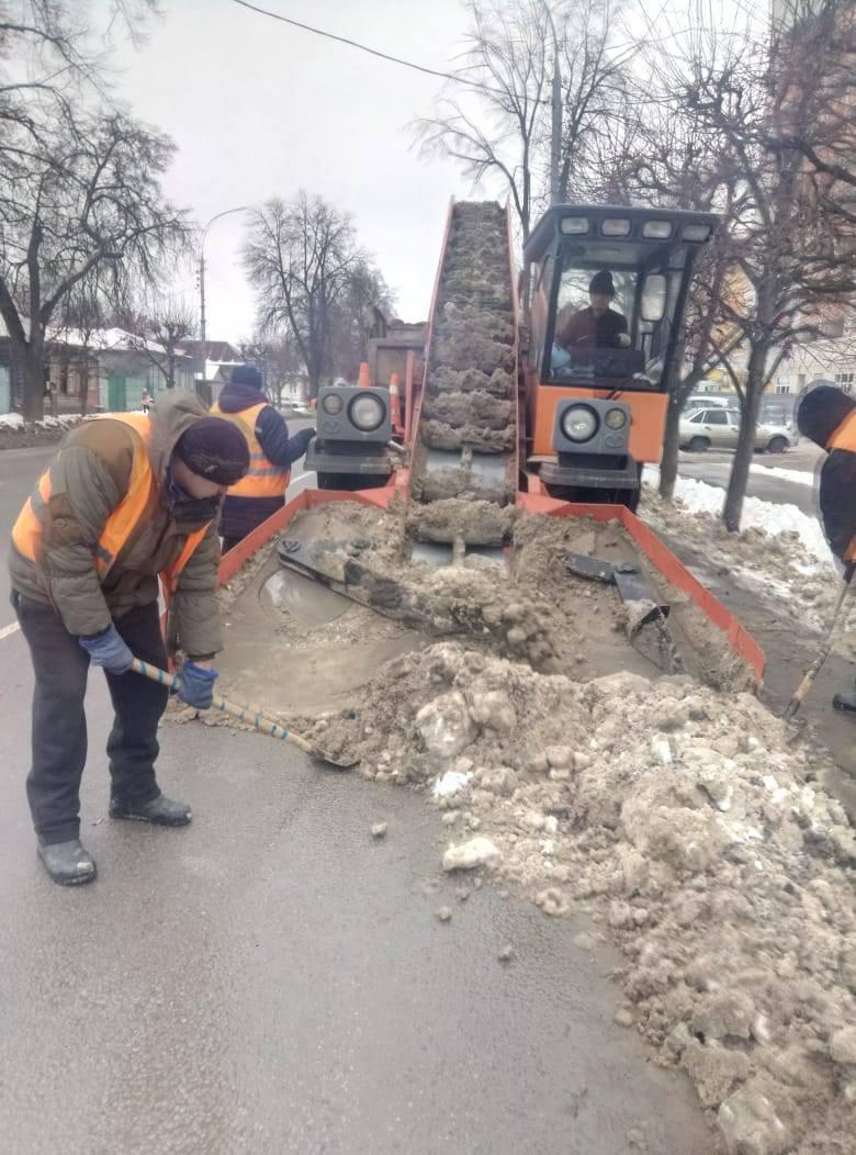 На уборку снега в Тамбове ежедневно выходит около 100 единиц техники