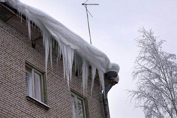 Тамбовчан предупредили о сходе снега и наледи с крыш