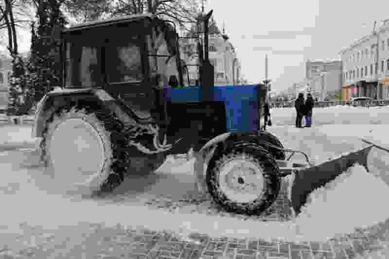 Тамбовские коммунальщики круглосуточно расчищают улицы после обрушившегося на город снегопада