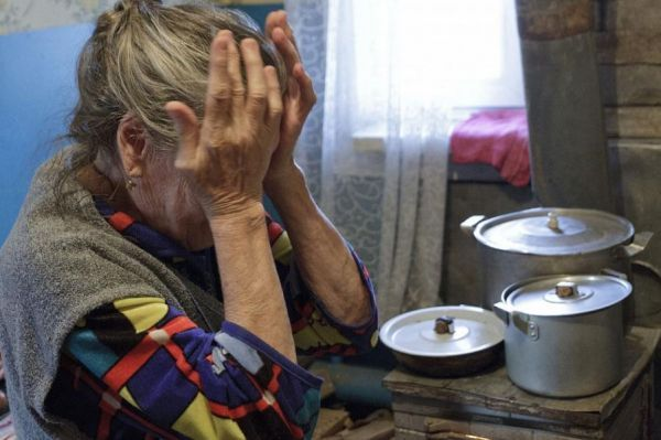 В Моршанске внук разбил окно в доме родной бабушки и похитил все её накопления