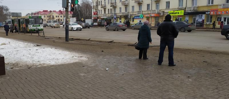 В Тамбове на пересечении улиц Гастелло и Гагарина мужчина на иномарке снёс 7 метров дорожного ограждения