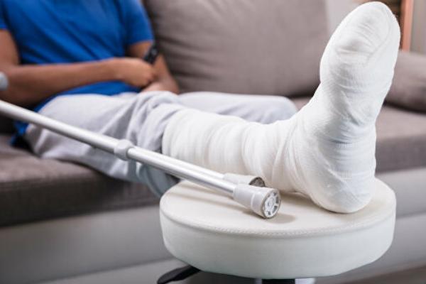 Житель Первомайского района сломал ногу брату из-за личной неприязни