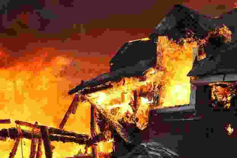 В Тамбовской области пожарные вынесли из горящего дома мать и двух маленьких сыновей