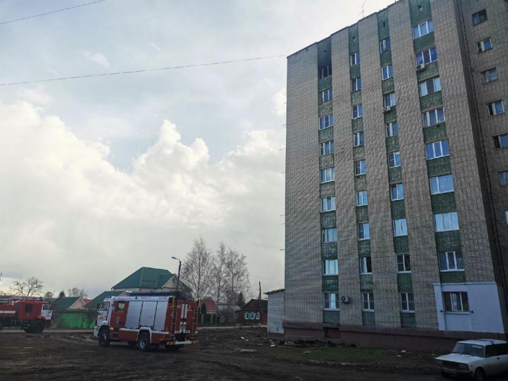 На севере Тамбова сгорела и продолжила тлеть комната в многоэтажке: спасатели выезжали на место два дня подряд