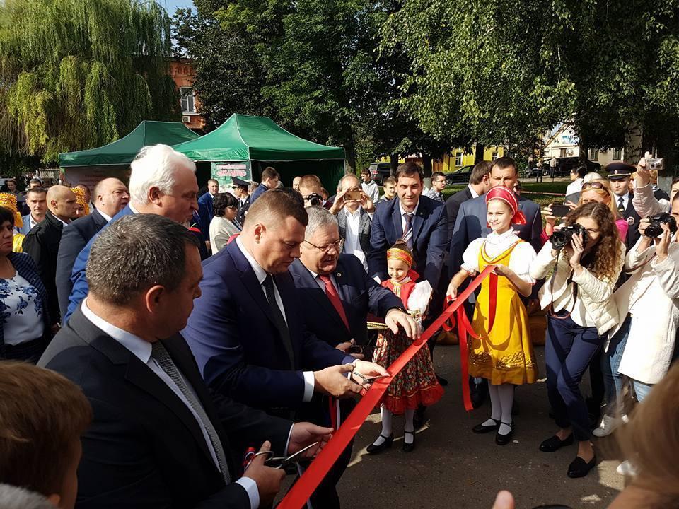 День садовода: губернатор Александр Никитин осмотрел выставку-ярмарку, отчеканил монету, оценил знания будущих садоводов, попробовал уникальный яблочный пирог