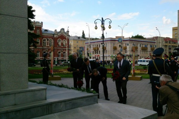 Александр Никитин и Александр Беглов возложили цветы к монументу «Тамбовский колхозник»