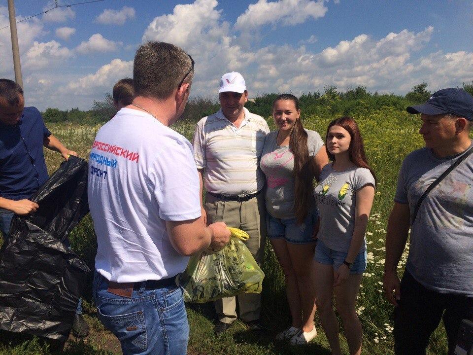 Мероприятия в рамках года экологии продолжаются: волонтёры провели субботник на Татарском вале в микрорайоне «Радужный»